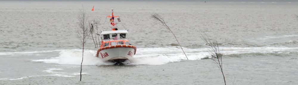 Das kleine Seenot-Rettungsboot der DGzRS-Station Baltrum bei der schwungvollen Einfahrt in den Hafen.