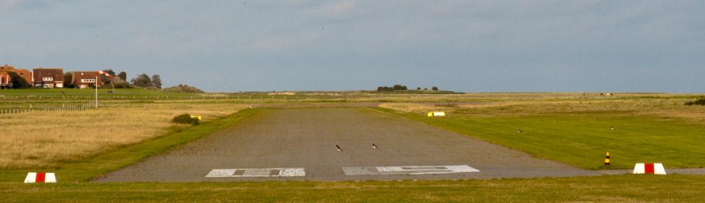 Baltrum ist auch per Flugzeug erreichbar. Wenn kein Flugbetrieb herrscht, kann man am Kopf der Landebahn vorbeigehen und so eine Aufnahme machen.
