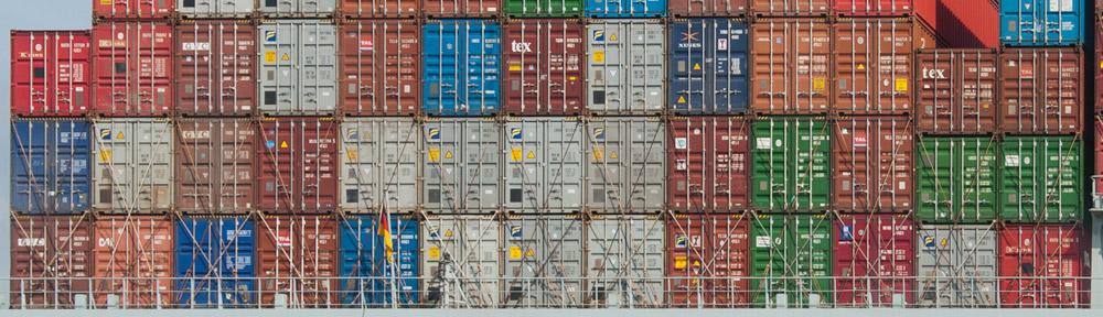 Unmengen von Containern hoch gestapelt auf den Megaschiffen dieser Zeit.