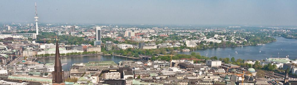 Binnenalster und Aussenalster an einem wunderschönen Tag vom Turm der Katharinenkirche aus gesehen.
